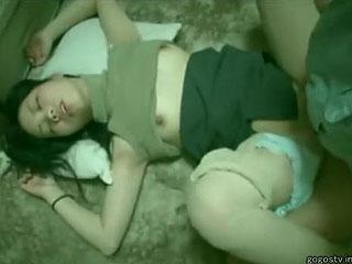 【素人★個人撮影】レイプ犯が撮った衝撃映像だーwwwクスリで眠らされチンコ突っ込まれてるぞーwww|エッチな素人さま
