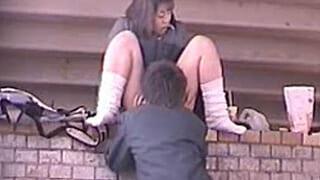 野外でセックスしてる高校生を盗撮した制服JKモロ出しエロ動画
