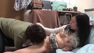 家飲みで酔った旦那の横で奥さんとエッチしちゃったガチ浮気SEX